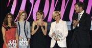 La Reina Letizia (centro), junto al presidente del Grupo Zeta, Antonio Asensio Mosbah (der.), preside la ceremonia de entrega de los Premios Woman, otorgados a la actriz Salma Hayek (izq.), la directora de orquesta Inma Shara (2izq), y la doctora María Neira (2der), celebrada el 20 de abril en el Casino de Madrid.