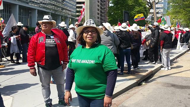La empresaria de la construcción, la ecuatoriana María Patricia Corrales, asistió a la protesta contra Chevron frente al Banco Mundial.