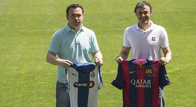 Los entrenadores del RCD Espanyol, Sergio González (i), y del FC Barcelona, Luis Enrique Martínez (d), posan con las camisetas de sus respectivos equipos en el cesped del Power8 Stadium, donde  sus equipos se enfrentarán en la trigésimotercera jornada de la Liga BBVA.