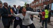 Una manifestante lanza los restos de una granada durante una protesta por la muerte de Freddie Gray hoy, lunes 27 de abril de 2015, en Baltimore