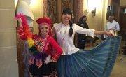 Ericka Moran y Andrea Rodríguez luciendo trajes típicos de Perú y Panamá respectivamente.