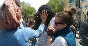 Una mujer es atendida después de inhalar gases lacrimógenos el martes 28 de abril de 2015 en Baltimore, Maryland.