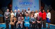 """El Ejecutivo del condado de Montgomery, Maryland, Isiah Leggett y otras autoridades locales y estatales posan junto a los galardanados con los """"2015 Montgomery Serves Awards"""" en el Imagination Satage de Bethesda, Maryland, el 27 de anril de 2015."""
