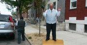 Predicador Kevin Germany, el 28 de abril, en la Riggs St. de Baltimore, Maryland, durante una tarde llena de tensión.