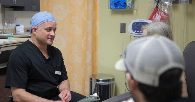 El doctor Charles Monteith en consulta con una paciente.