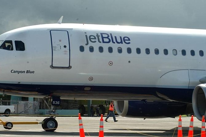 Dominicana ex empleada de limpieza de aviones introduce una demanda por acoso sexual