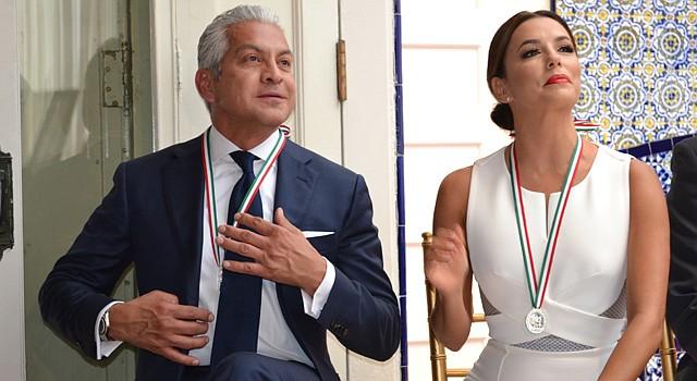 El presidente de la Cámara de Comercio Hispana de EEUU, Javier Palomarez, y la actriz Eva Longoria, el 5 de mayo de 2015 reciben el Premio Ohtli en el Instituto Cultura de México en Washington, DC.