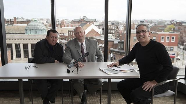 Antonio Arévalo y Max Gruner de East Boston Main Streets conversan con Javier Marín (derecha), presentador del programa Panorama.