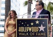La actriz colombiana Sofía Vergara, junto al actor estadounidense Eric Stonestreet, durante la ceremonia para recibir su estrella en el Paseo de la Fama en Hollywood, California, el 7 de mayo.