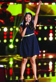 Samantha Ríos, de 14 años, conquistó La Voz Kids. Samantha vive en Arlington, Virginia, en el área metropolitana de Washington, DC. Participa este domingo 10 de mayo en La Voz Kids en el equipo de su admirado Daddy Yankee.