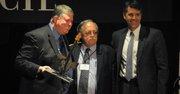 Armando Trull (izq.) junto al abogado José Pertierra quien presentó a la audiencia la figura de Trull antes de recibir el Premio de Inmigración del American Immigration Council (AIC). A la derecha, el director ejecutivo del AIC, Benjamin Johnson. A finales de abril de 2015.