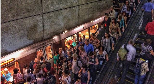 Pasajeros en la esctación de tren L'Efant Plaza, en Washington DC.