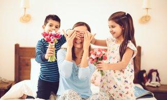 Para dar con los colores y tonos que mejor le vayan a tu mamá, te recomiendo buscar en su estuche de maquillaje o bien llevar una foto hecha con luz natural a un mostrador de belleza donde te podrán aconsejar sobre qué colores regalar para asegurarte de que das en el clavo.