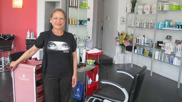 Damaris Pimentel en su peluquería Ultra Beauty Salon, en Jamaica Plain