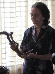 Doña Irlanda Gutiérrez Galdámez sostiene una cruz que fue de monseñor Óscar Arnulfo Romero.