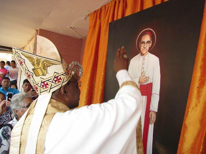 OBRA. El nuncio apostólico León Kalenga bendice una pintura de Romero en la casa de la familia Gutiérrez en Ciudad Barrios.