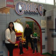 Ashley Barnett, de la gerencia de Relaciones Públicas y Promociones Especiales de Port Discovery, durante una gira con El Tiempo Latino por la exhibición Aventuras en el Castillo de LEGO.