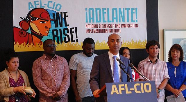 Tefere Gebre, vicepresidente ejecutivo de la AFL-CIO con trabajadores habla sobre la necesidad de DAPA Y DACA para apoyar derechos de trabajadores, el lunes 18 de mayo.