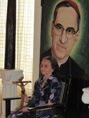Irlanda Gutiérrez Galdámez, prima hermana de Monseñor Romero, en su casa de Ciudad Barrios con una cruz que le perteneció al mártir que será beatificado el 23 de mayo en San Salvador.