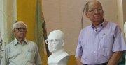 Tiberio Arnoldo y Santos Gaspar Romero Galdámez (der.), dos de los hermanos de Monseñor Óscar Arnulfo Romero, posan junto a un busto del mártir en Ciudad Barrios.