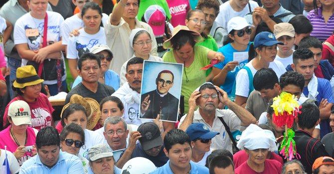 Devotos asisten hoy, sábado 23 de mayo de 2015, a la ceremonia de beatificación de Óscar Arnulfo Romero (1917-1980) presidida por el cardenal Angelo Amato, enviado del papa Francisco, en la plaza Salvador del Mundo de San Salvador