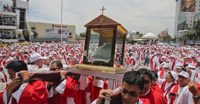 Un grupo de acólitos carga las reliquias del mártir salvadoreño monseñor Romero (la camisa que llevaba el día de su asesinato)durante su ceremonia de beatificación hoy, sábado 23 de mayo de 2015, en San Salvador