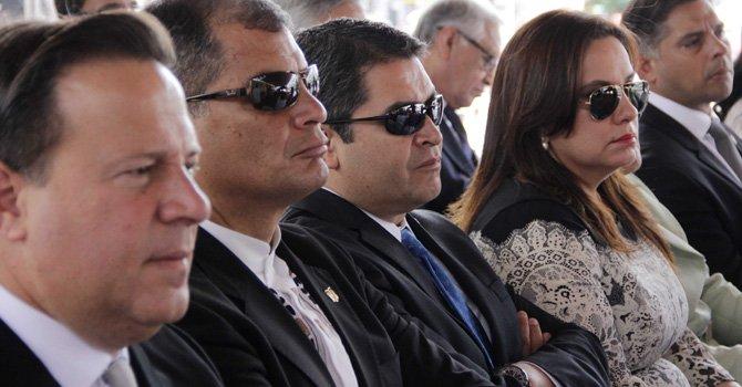 Fotografía cedida por la Presidencia de El Salvador hoy, sábado 23 de mayo de 2015, que muestra a (i-d) los presidentes de Panamá, Juan Carlos Varela; de Ecuador, Rafael Correa, y de Honduras, Juan Orlando Hernández, durante la ceremonia de beatificación de Óscar Arnulfo Romero (1917-1980),
