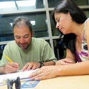 APLICADO. David Trejo compone oraciones. Delmy Salazar las revisa.