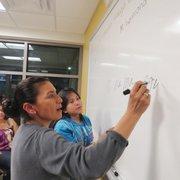 ESCRIBE. María Quiroz junto a su instructora, la niña Laura Navas.