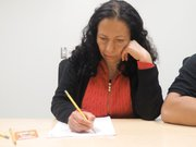 SUPERACIÓN. Imelda Ayala ocupa su tiempo libre en la biblioteca.