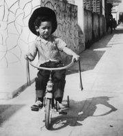 El niño Juan José Valdés monta en triciclo en su vecindario de La Habana.