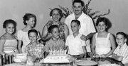 Valdés celebra su séptimo cumpleaños La Habana, en el mes de septiembre de 1960. Detrás de él están sus padres, Juliana y José. A su derecha está su primo Miguel; detrás de Miguel está la prima Mayda.