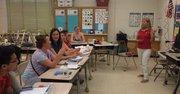 Algunas de las clases de inglés para adultos, patrocinadas por el CMR, se imparten en salones de la Maryvale Elementary School en Rockville, MD, los días martes y jueves de 6:30 pm a 8:30 pm. (De der. a izq.) La maestra Marianne Bohr y los estudiantes del nivel intermedio: Natalia Dmitrienko, Araceli Stevars Peláez, María García, Irxna Drozd, Anastasia Kishchukova, Kang Mihyun, Kim Duck Bong.