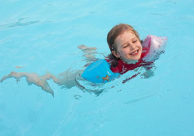 Cómo cuidar de los niños en la piscina