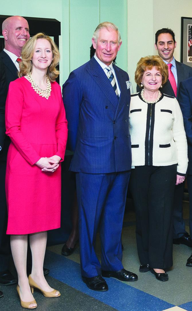 VISITA REAL. Sonia Gutiérrez (der.) junto al príncipe Carlos de Inglaterra y la actual directora ejecutiva de Carlos Rosario, Allison R. Kokkoros, durante una visita, en marzo de 2015, del príncipe británico al centro educativo de DC.