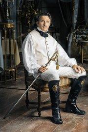 El actor de origen francés afirma que el no conocer mucho de Santa Ana fue bueno porque no lo juzgó antes de interpretarlo.
