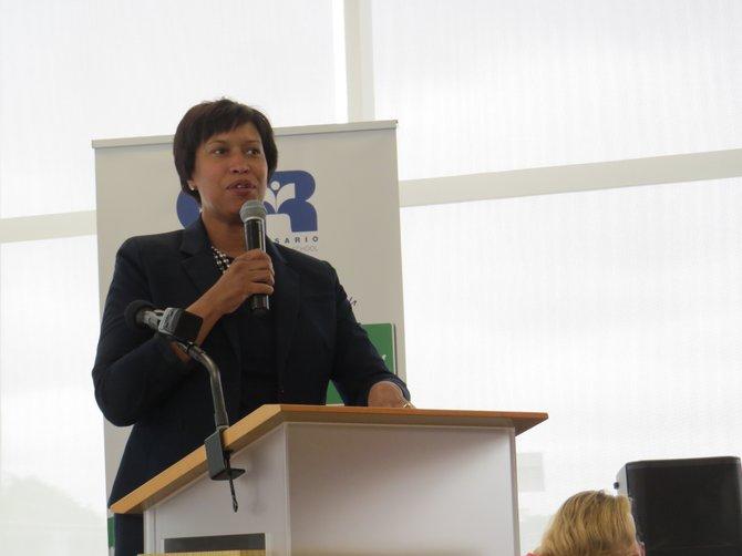 La alcaldesa de DC, Muriel Bowser, durante la ceremonia del nombramiento de la calle Sonia Gutierrez Campus Way.