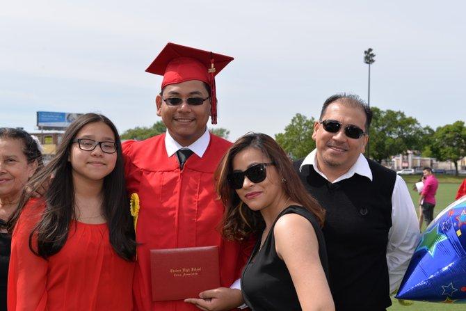 La familia López, de inmigrantes salvadoreños, logró ahorrar $1500 y FUEL les dio $1500 más. Celebran la graduación de su hijo Bryan en Chelsea High School, quien asistirá a Suffolk University para estudiar contabilidad.