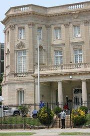 Vista de la Sección de Intereses de Cuba hoy, miércoles 10 de junio de 2015, en Washington. El mástil ubicado a la izquierda está listo para izar bandera en el momento en que se anuncie la apertura de embajadas cubana y estadounidense en las respectivas capitales, dentro del marco de proceso de normalización bilateral iniciado en diciembre pasado. Una veintena de funcionarios de la Sección de Intereses de Cuba, incluido el jefe de la misión José Cabañas, cantaron el himno de Cuba y aplaudieron cuando los obreros erigieron el mástil frente al edificio situado en el barrio de Columbia Heights, a unos tres kilómetros de la Casa Blanca.