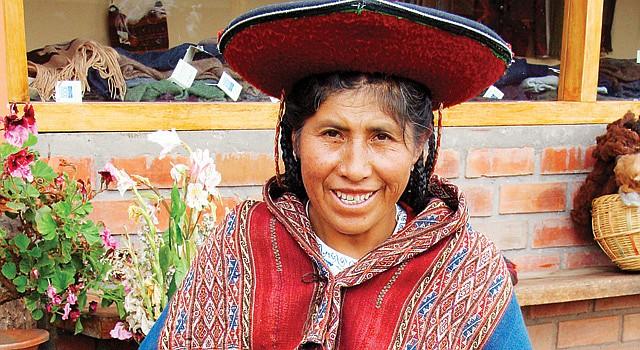 """Se acerca el Folklife Festival Una mujer de la localidad Chinchero, en Cusco, Perú, muestra el arte del tejido, que será parte de las manifestaciones culturales del Folklife Festival del Smithsonian """"Pachamama: Perú"""", a realizarse en el National Mall, del 24 al 28 de junio y del 1 al 5 de julio. Por primera vez en las más de cuatro décadas del festival, un país será el único protagonista del Folklife Festival. El evento se realizará al lado del Museo del Indio Nativo Americano. Más información en la página del Smithsonian www.festival.si.edu o en www.peru.travel."""