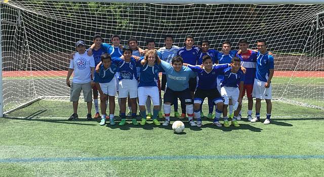 Los integrantes del manchester City después de ganar la primera división en el fútbol recreacional del condado de Arlington.