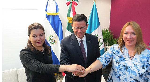 CÓNSULES: (De izq a der. Kenny López, de El Salvador; Juan Carlos Mendoza, de México y Sara Solís, de Guatemala.
