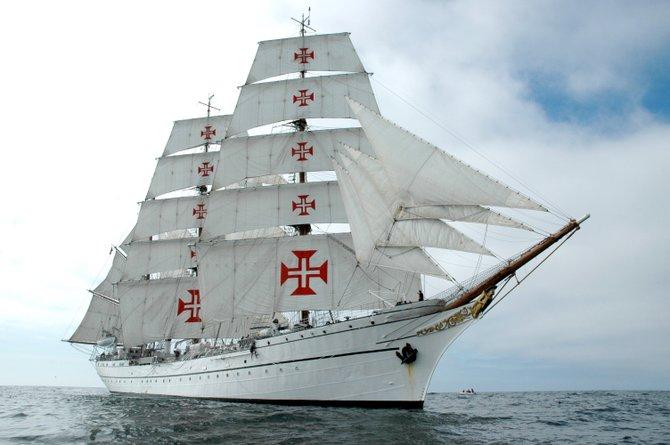 El buque de la Armada portuguesa Sagres tiene 294 pies, fue construido en 1937 y cuenta con tres mástiles.