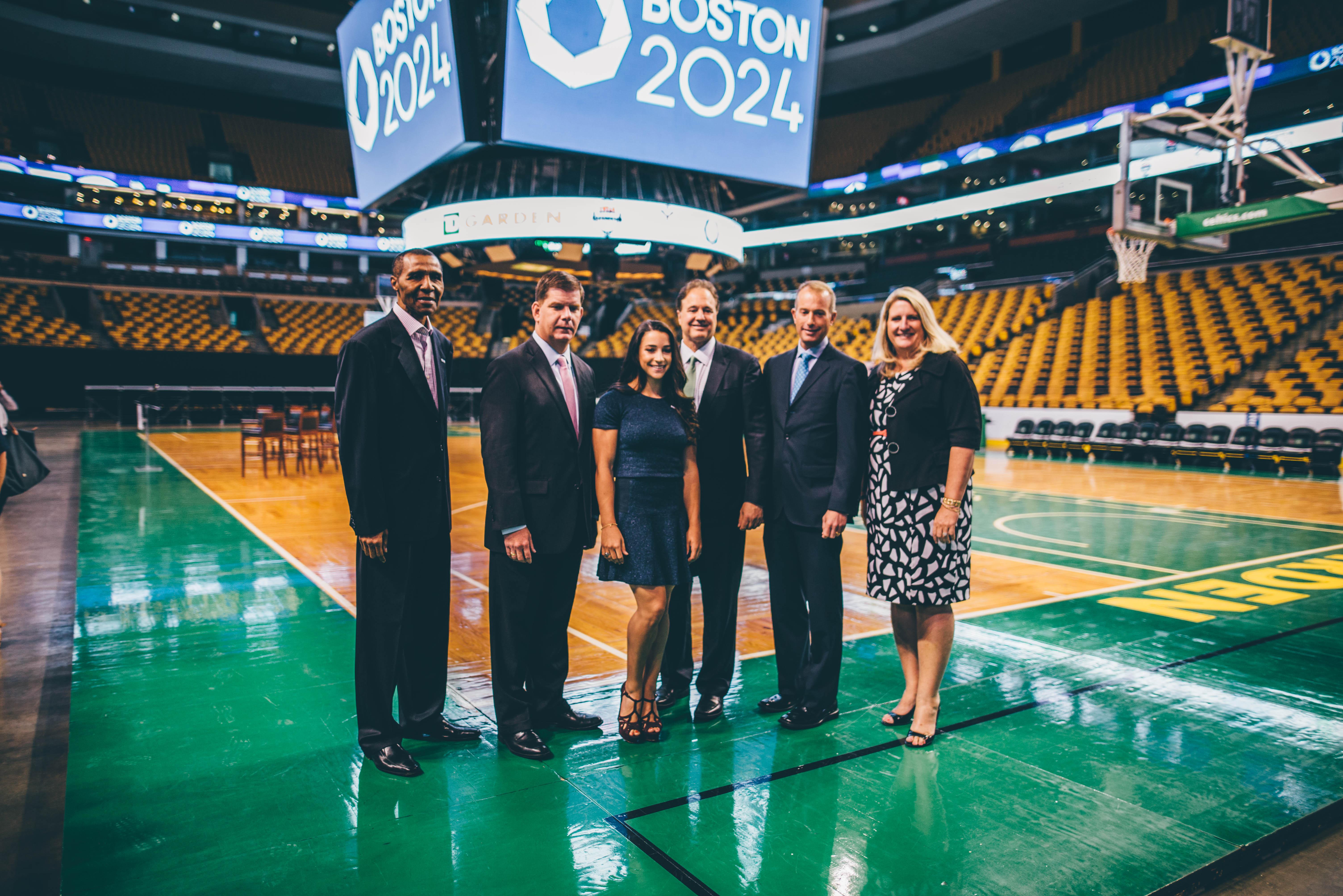 Jojo White, ex- jugador por los Celtics y baloncelista olímpico del 1968, Alcalde Martin Walsh, Aly Raisman, capitana del equipo de gimnasia  olímpica de los Estados Unidos que ganó la medalla de oro en los juegos del 2012, Steve Pagliuca, Presidente del Comité Organizador Boston 2024,  Charlie Jacobs CEO de los Bruins y Amy Latimer, Presidenta del TD Garden