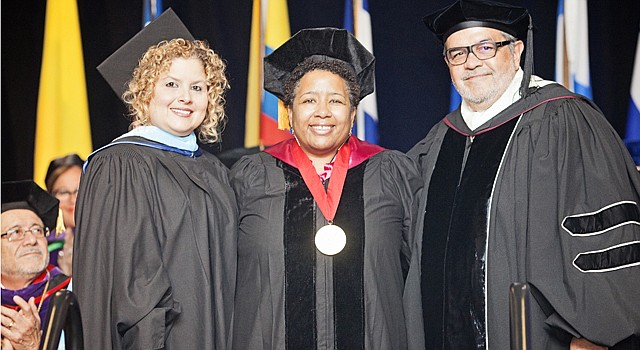 Dr. Lori Webb (centro) representó a Dr. María Navarro —Chief Academic Officer de Montgomery County Public Schools— quien recibió la medalla presidencial de SUAGM de manos de Syndia Nazario (izq.)—directora del Capital Area Campus del SUAGM— y Luis Zayas Seijo —voceresidente de Asuntos Nacionales e Internacionales del Sistema Universitario Ana G. Méndez.
