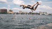 Un bañista se sumerge en las aguas del río Charles en la jornada de nado comunitario del año pasado.