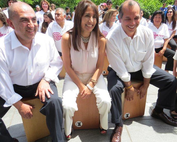(de izq. a der.) El doctor Elmer Huerta, Magali Silva, ministra de Comercio Exterior y Turismo de Perú, y  Luis Miguel Castilla, embajador de Perú en EE.UU. al iniciar el festival del Smithosinan dedicado a Perú en Washington, DC, el miércoles 24 de junio de 2015.