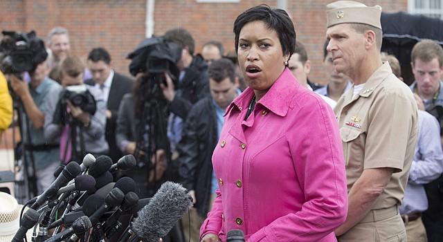 La alcaldesa de DC, Muriel Bowser, destacó la respuesta de la Policía ante un llamado al 911 desde el Navy Yard. Fue falsa alarma.