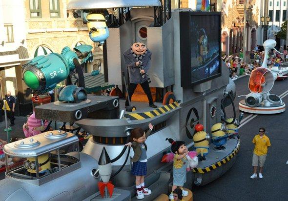Si invitar a todos a su mundo es importante para los Minions, ellos también salen a recorrer el parque en el desfile que se realiza todos los días. Allí arriba de una de las carrosas van saludando a todos los presentes.