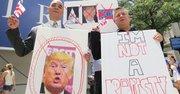 ACCIÓN. Franklin García, representante de DC (izq.) y el activista mexicano José Gutiérrez frente al futuro hotel de Trump en DC, el 9.